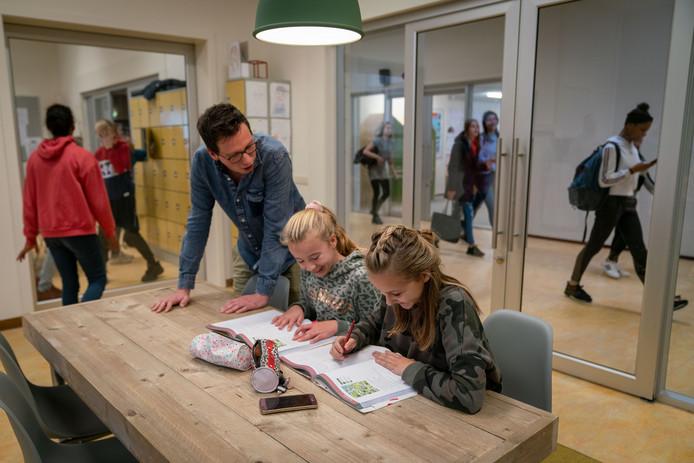 BAASis heeft in Huissen een eigen vleugel met vier transparante lokalen met een huiskameruitstraling en een leerplein met alle mogelijke zitgelegenheden, van een zitzak tot hoge tafels waar leerlingen tijdens het overleg gebruik kunnen maken van de minifiets.
