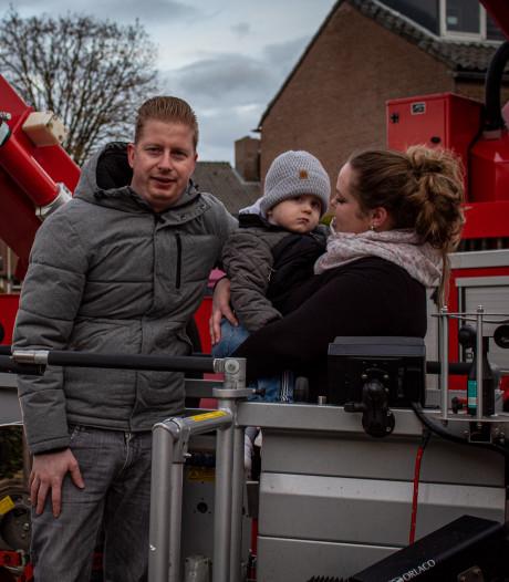 Zwaailichten van brandweer Dieren maken  Jason (2) en zijn ouders blij