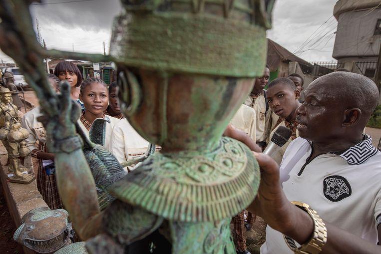 Bronsgieters aan het werk in Benin City, het traditionele culturele centrum van het Gilde voor Bronsgieters in Nigeria. Beeld Petterik Wiggers