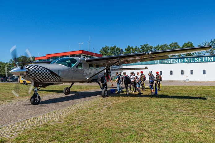 Ook parachutespringers zijn weer volop in de weer vanaf Breda International Airport. Deze groep vloog vrijdag naar drie kilometer hoogte.