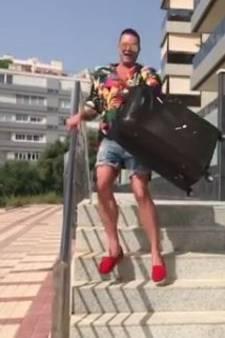 Fred van Leer speelt koffermeisje en valt van trap