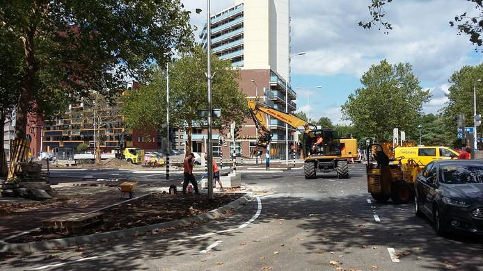 Bijna klaar, de werkzaamheden op het Quackplein in Nijmegen. In ieder geval maandagochtend kunnen automobilisten weer over dit verkeersplein rijden.