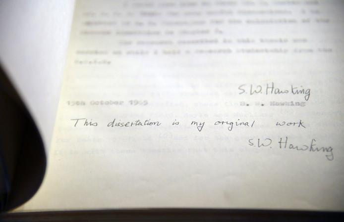 Een handgeschreven pagina in het proefschrift van Stephen Hawking, dat bij de veiling 670.000 euro opleverde.