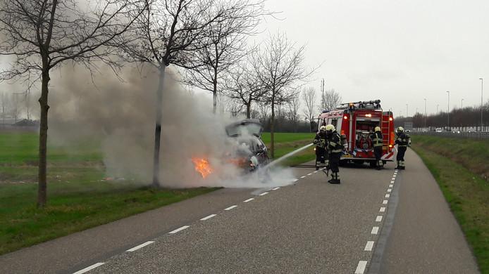 De brandweer van de post Geffen was snel ter plekke, maar kon de auto niet redden.