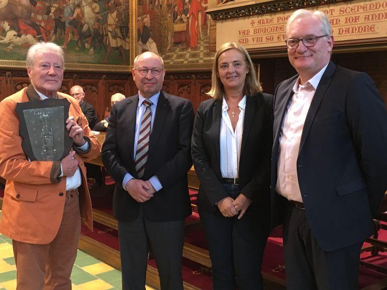 Renaat Ramon werd gefeliciteerd door een delegatie van de stad en het Vlaams Kruis.