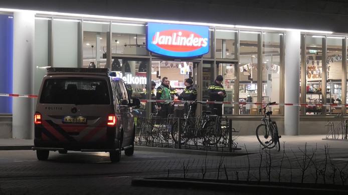 Gemaskerde mannen overvielen vorige maand verschillende supermarkten in de regio Nijmegen, zoals deze Jan Linders-winkel in Lent. Ze waren bewapend met bijlen en messen en sloten het personeel op in een koelcel.