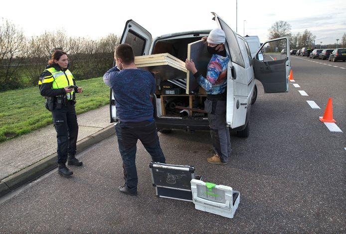 De politie controleert langs de A12 bij Duiven of voertuigen illegaal of Duits vuurwerk vervoeren.