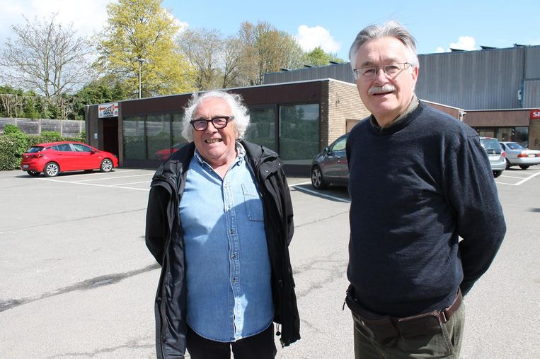 Secretaris Raymond Berlanger en voorzitter Jan Verleysen van de Gemeenschapsraad aan de polyvalente zaal van Caerenbergveld.