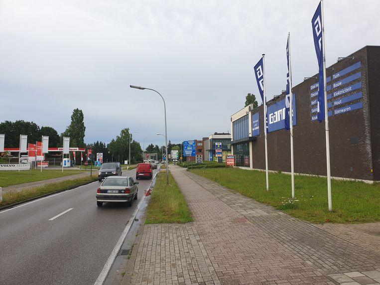 De Steenweg op Gierle in Turnhout: ter hoogte van Gamma komt een rotonde