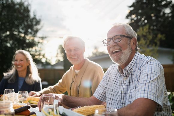 60-plussers zijn meer tevreden over hun leven dan andere leeftijdsgroepen.