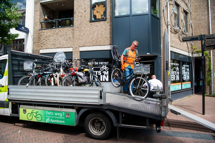 Verkeerd gestalde fietsen worden verwijderd en naar de stalling aan de Paslaan gebracht. De eigenaar kan deze tegen betaling van 25,- euro weer ophalen.