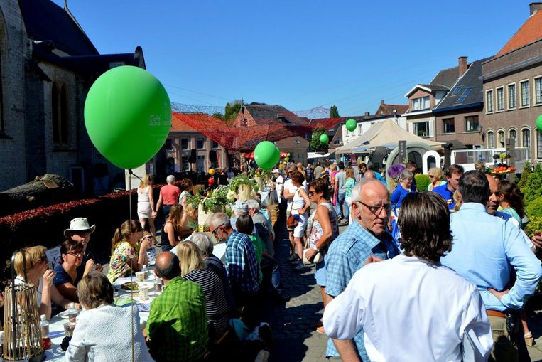 De inwoners van Bazel konden meesmullen aan een 150 meter lange tafel.