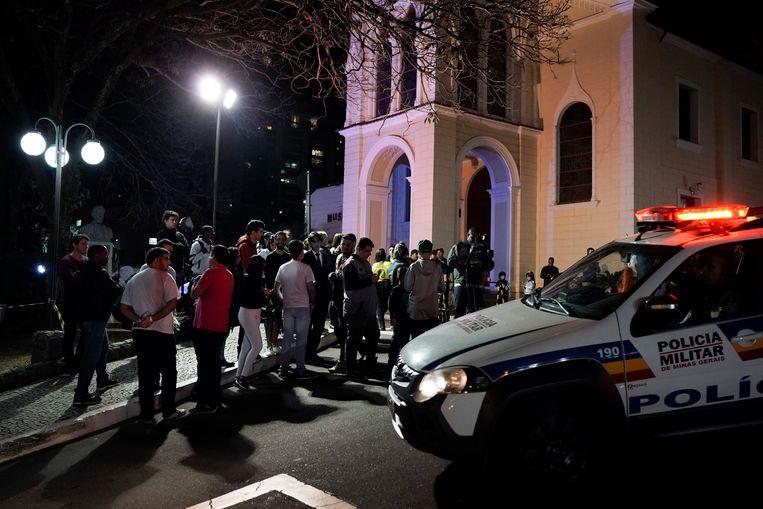Sympathisanten van Bolsonaro verzamelen zich rond het ziekenhuis in Juiz de Fora waar de neergestoken politicus is opgenomen. Beeld AP