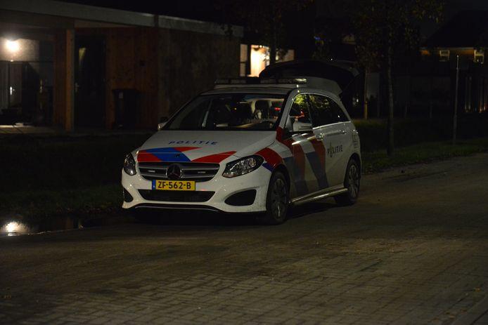 Politie doet onderzoek in de omgeving van de Klaroenring in Etten-Leur, waar een hoogbejaarde vrouw thuis is overvallen.