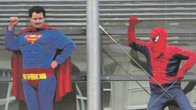 Twee mannen hebben zich verkleed als superman om een omgangsregeling met hun kind af te dwingen bij het gerechtsgebouw van Den Bosch, 17 februari 2005. Beeld Marcel van den Bergh / de Volkskrant