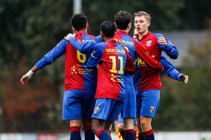 Sjoerd Renne (tweede van rechts) scoorde tweemaal tegen Nieuw Borgvliet.