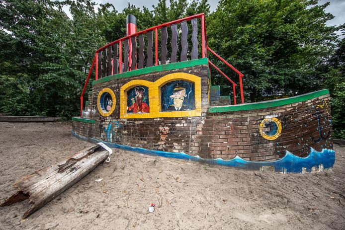 Hangjongeren vernielen de boel op het schoolplein van obs De Werkschuit. Hier is een paal de grond uit getrokken.