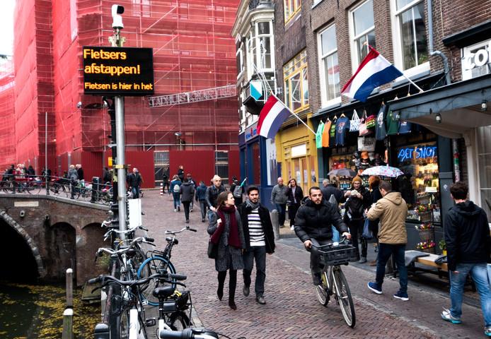 Een aantal fietsers negeert alsnog het fietsverbod op de Vismarkt, ondanks de led-borden die het verbod aangeven
