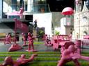Roze soldaatjes nemen de LocHal over.