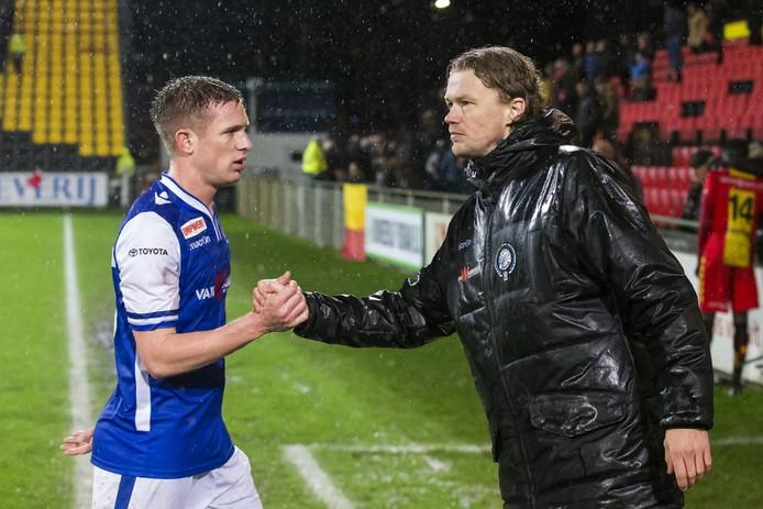 Paul Beekmans (rechts) schudt de hand van zijn aanvoerder Bart Biemans na zijn enige duel als interim-hoofdtrainer, het 0-0-gelijkspel van FC Den Bosch bij Go Ahead Eagles op 8 februari van dit jaar.