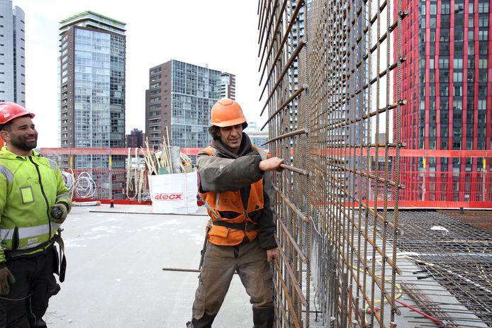 Bouwvakkers aan het werk op de Terraced Tower.