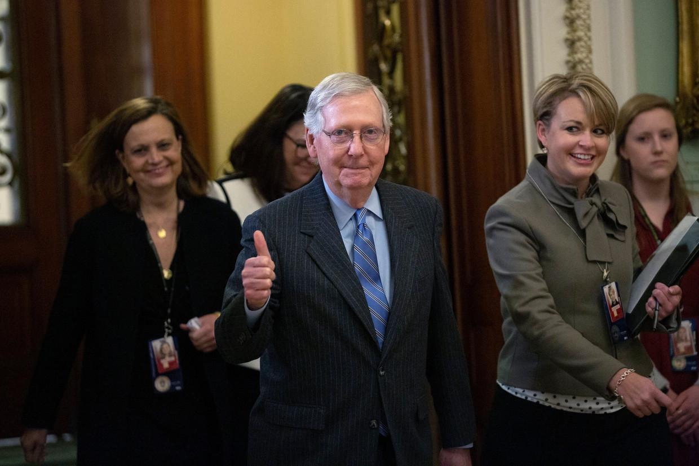 De Republikeins senaatsleider Mitch McConnell onderweg naar de senaatsvloer tijdens een schorsing van het impeachmentproces.