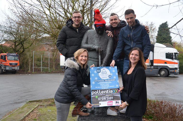 De vrienden van 'Straffen Toebak' bij het beeld van de tabaksplanter op het dorpsplein van Appelterre.