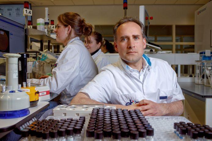 Jean-Luc Murk in het laboratorium. De arts-microbioloog van het Elisabeth-TweeSteden ziekenhuis in Tilburg doet verslag van zijn week.