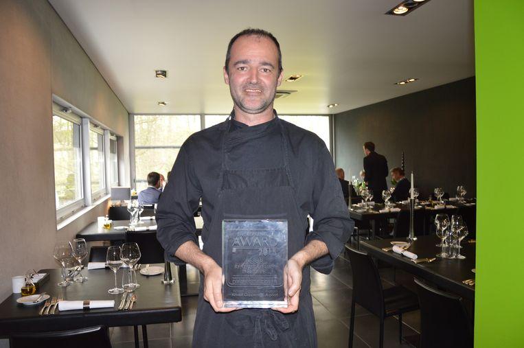 Kristof Coppens met zijn award in Apriori.