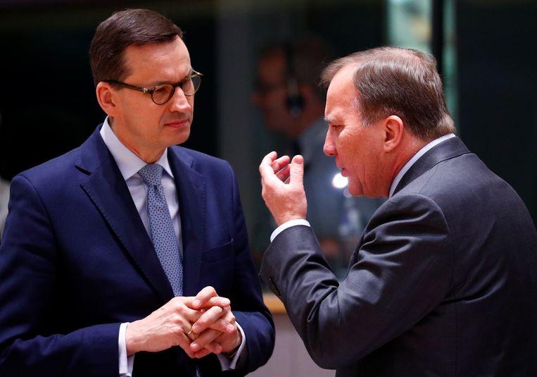 Onderonsje tussen de (jarige) Poolse premier Morawiecki en zijn Zweedse ambtgenoot Löfven aan het begin van de Europese top, donderdag.  Beeld Reuters
