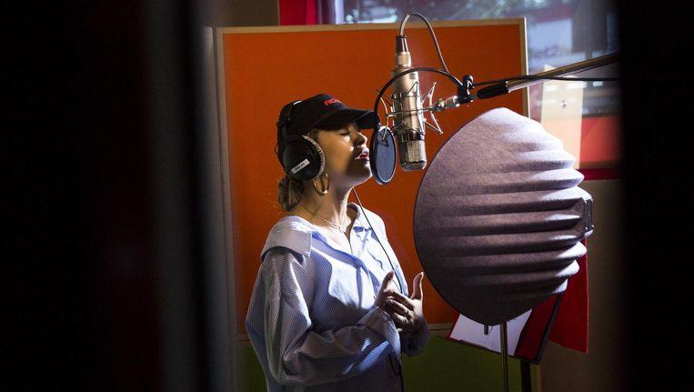 Zangeres Rita Oratijdens de opname van Bridge over troubled water door Artists for Grenfell. Beeld YouTube