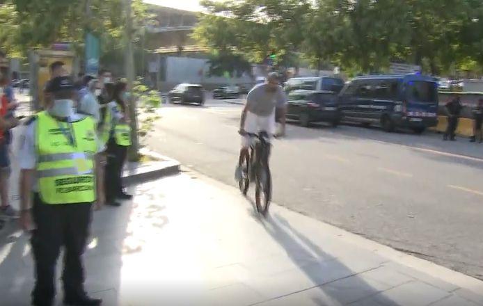 Gérard Piqué arrive au Camp Nou en vélo