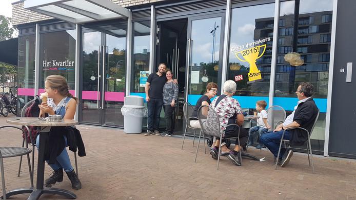 Josien van der Klaauw met haar man voor Brasserie 't Kwartier