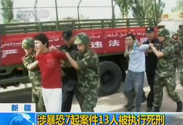 Archiefbeeld van opgepakte Oeigoeren.