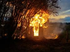 Huisje van vogelspotters gaat in vlammen op in Batenburg