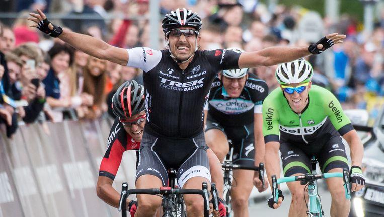 Fabian Cancellara viert het winnen van de Ronde van Vlaanderen op zondag. Hij finisht voor de Belgen Greg van Avermaet (L), Stijn Vandenbergh (M) en Sep Vanmarcke (R) Beeld ap