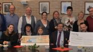 Klavertje Vier en 'Devaerkes' schenken cheques aan Kinderkankerfonds