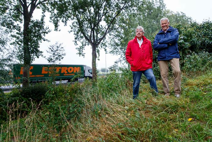 Gijs van Eijsden (links) en Cees Spaanderman, op een eerder gemaakte foto in hun 'achtertuin', langs de A20.