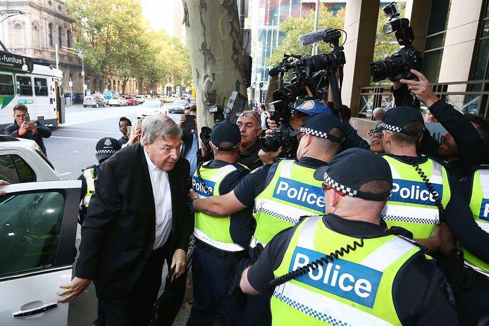 Kardinaal George Pell arriveert bij de rechtbank in Melbourne.