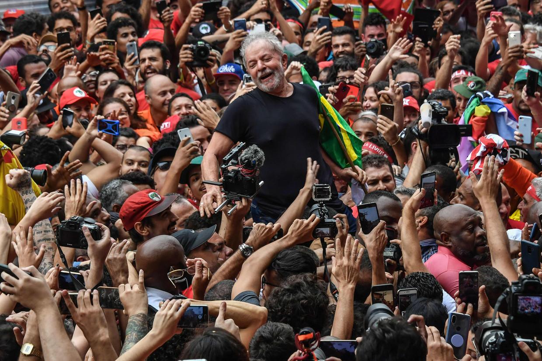 Ex-president Lula werd zaterdag na zijn vrijlating in São Paulo enthousiast onthaald door aanhangers.