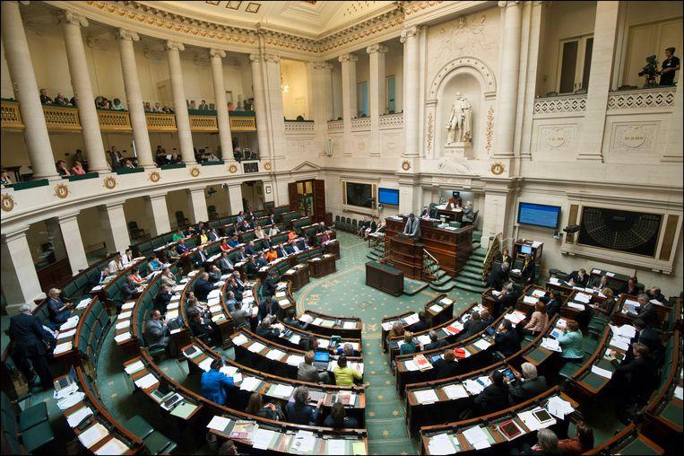 Een plenaire vergadering van de Kamer. Het petitierecht wordt vervangen door volwaardige burgerparticipatie. Als minstens 14.500 Vlamingen, 2.500 Brusselaars en 8.000 Walen een verzoekschrift ondertekenen, kunnen ze een politiek thema op de agenda zetten én een voorstel tot wetswijziging toevoegen.