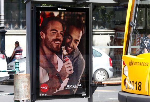 Volgens Hongaarse volksvertegenwoordigers is deze banner van Coca-Cola 'provocerend'.