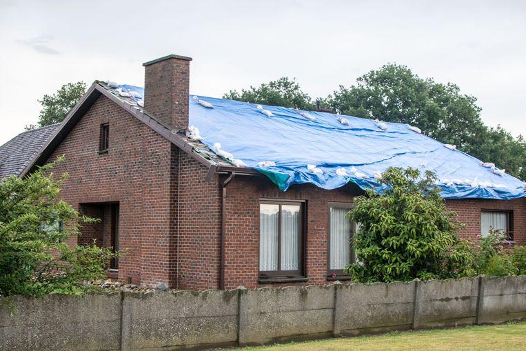 Eén helft van een dak ging vliegen.