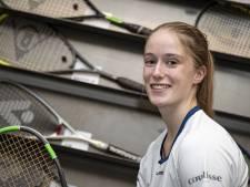 Hellendoorns squashtalent Daniek (19) krabbelt op uit dal: 'Waren dagen dat ik huilend op pad ging'