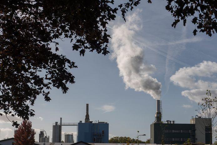 Rook uit schoorsteen van chemisch bedrijf Niacet.
