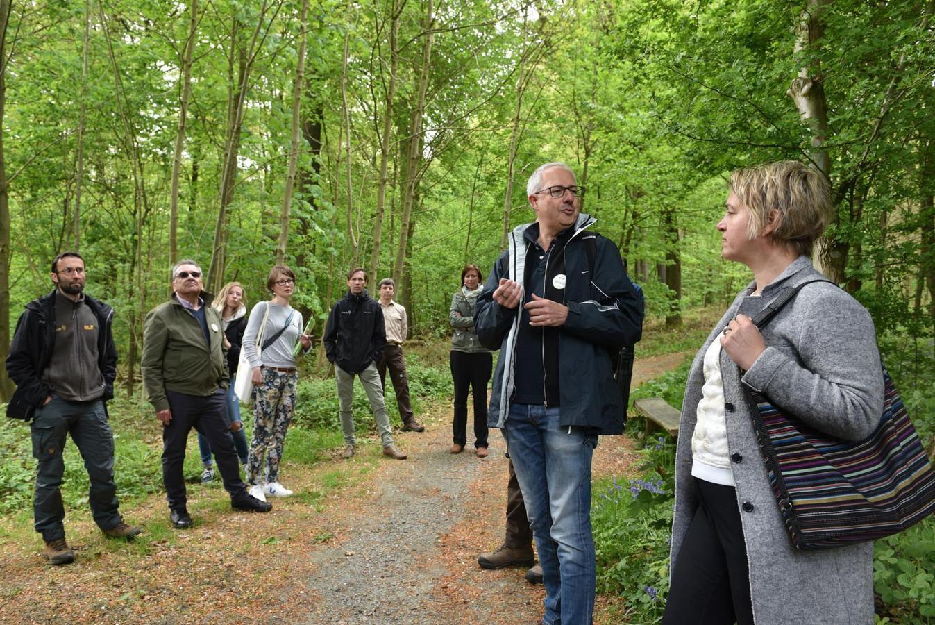 Wandelcoach en loopbaanbegeleider Luc Mastelinck loodste Joke Schauvliege gisteren door het Kluisbos.