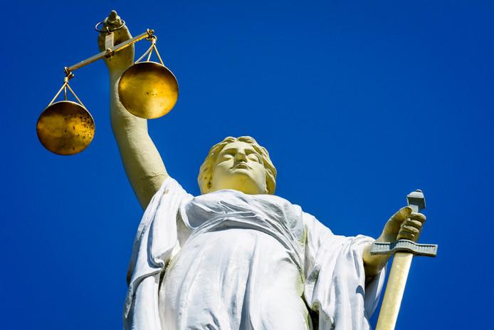 Op 12 februari wordt de zaak van Andries B. uit Steenwijk behandeld. Hem wordt mensenhandel, uitbuiting en het seksueel binnendringen van een minderjarig meisje verweten.