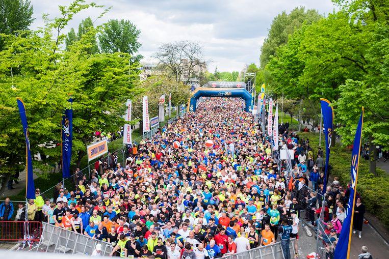 Tienduizenden lopers wachten de start af van de Antwerp 10 Miles op Antwerpen-Linkeroever.  (Archieffoto 2017)