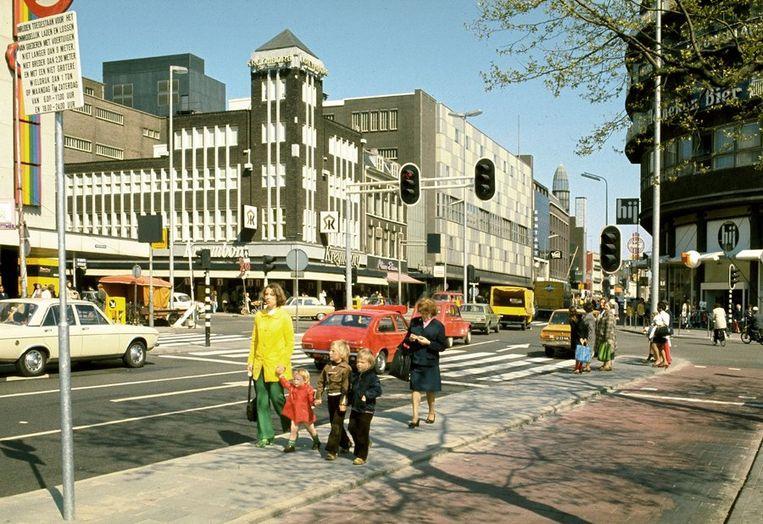 De Lange Viestraat gezien vanaf het Vredenburg, in 1974. Links St. Jacobstraat. Beeld ANP
