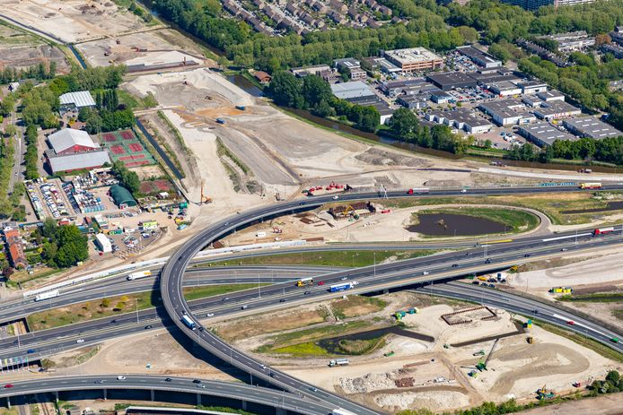 Het Terbregseplein vanuit de lucht. De boog vanaf de A16 (rechtsonder) richting de A20 en Hoek van Holland (links) gaat er drie weekenden uit vanwege werkzaamheden voor de nieuwe A16 Rotterdam.
